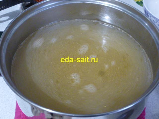 Процедить рыбный бульон для солянки