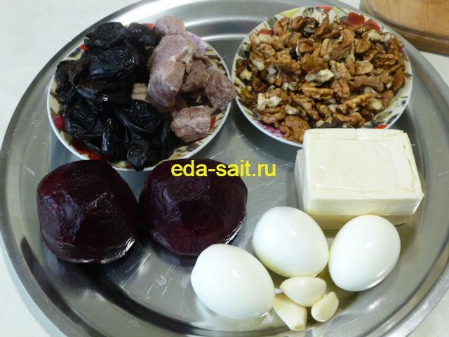 Продукты для салата со свеклой, черносливом и грецкими орехами