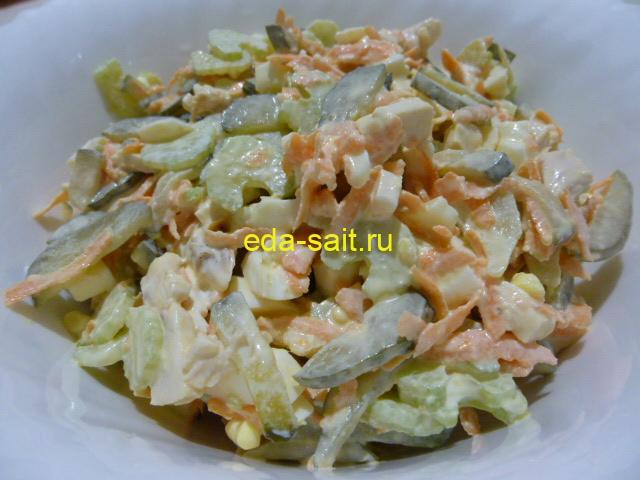 Салат с черешковым сельдереем и курицей фото