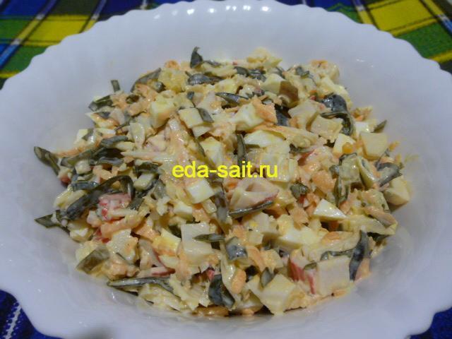 Салат с морской капустой крабовым мясом и яйцом
