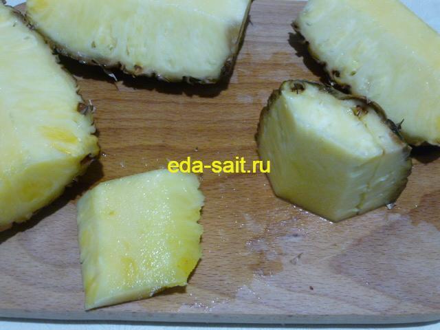 Сделать на кусочках ананаса надрезы