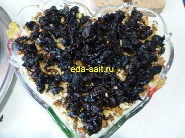 Шестой слой салата со свеклой чернослив