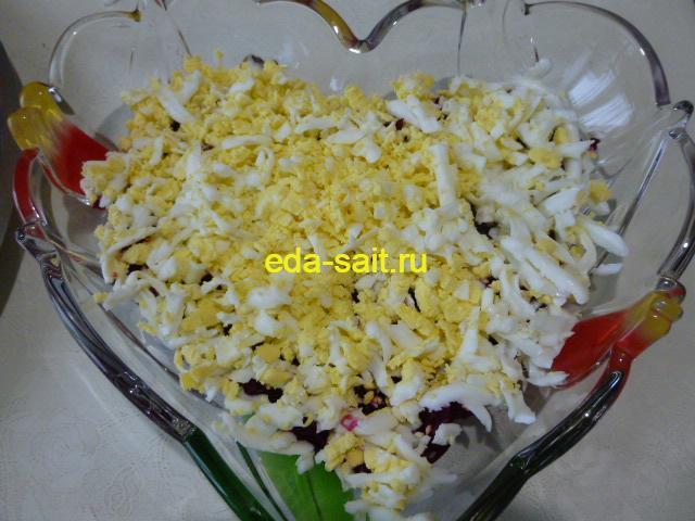Второй слой салата яйца