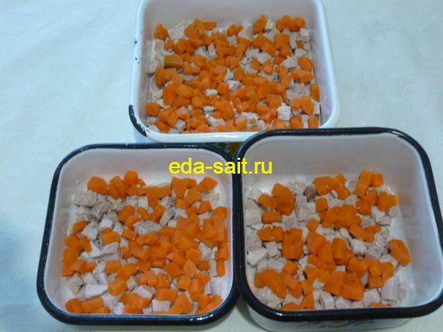 Выложить морковь поверх свинины