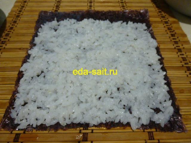Выложить на лист нори тонкий слой риса