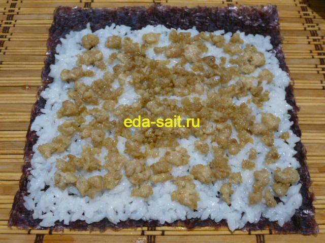Выложить на рис тонкий слой мяса