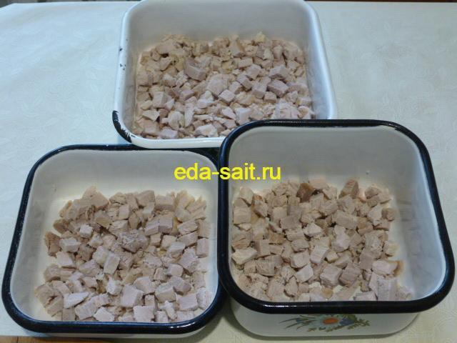 Выложить свинину в форму для заливного