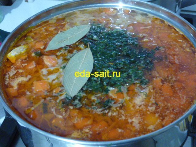 Заложить в рыбную солянку зелень и лавровый лист