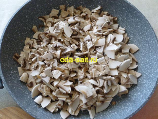 Грибы для фарширования кальмаров нарезать и выложить в сковороду