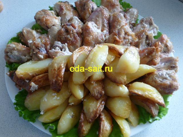 Куриные крылья с картошкой в духовке фото