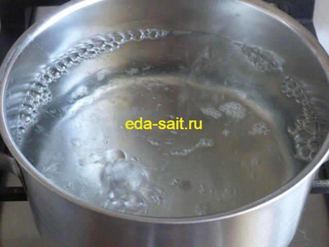 Налить в кастрюлю воду для очищения кальмаров
