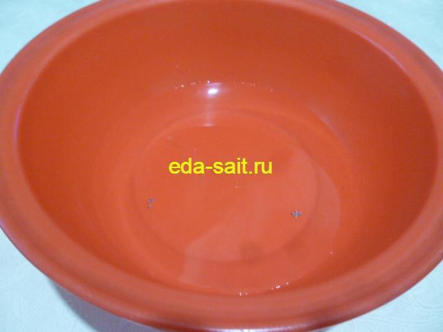 Налить в миску воду