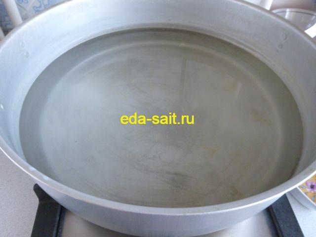 Налить в нижнюю кастрюлю мантоварки воду