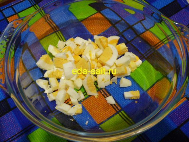 Нарезать яйца в оливье с морковью