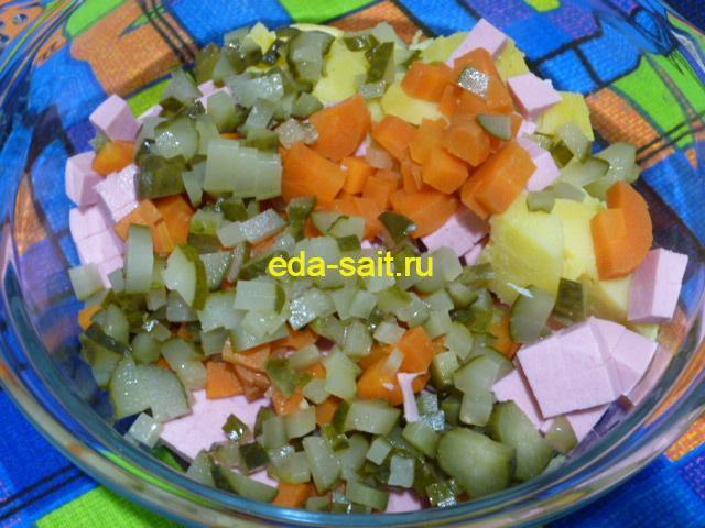 Нарезать соленые огурцы в оливье