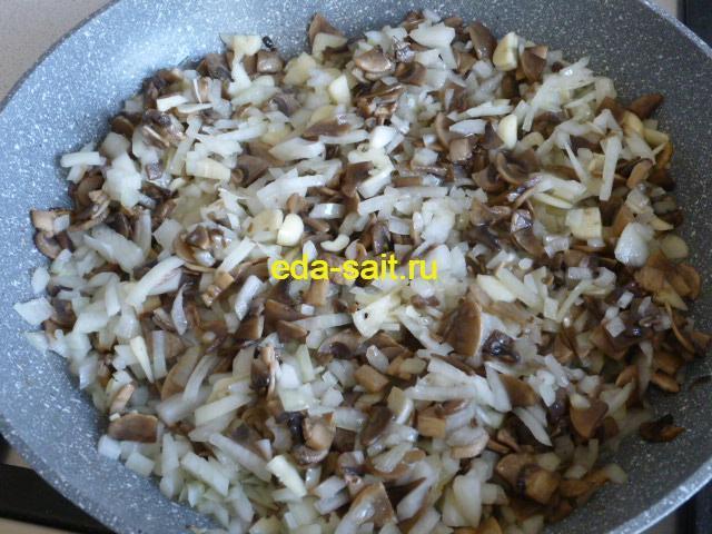 Обжарить грибы, лук и чеснок для фарширования кальмаров рисом