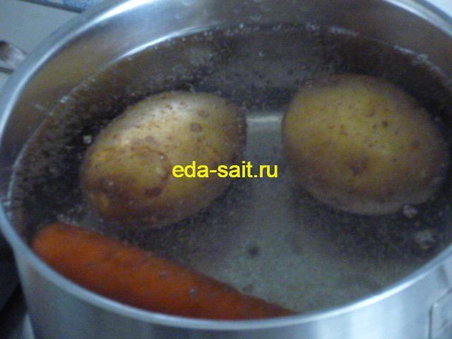 Отварить картошку и морковь для салата