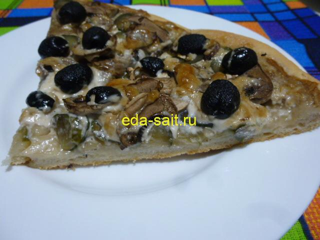 Пицца без сыра с грибами в разрезе