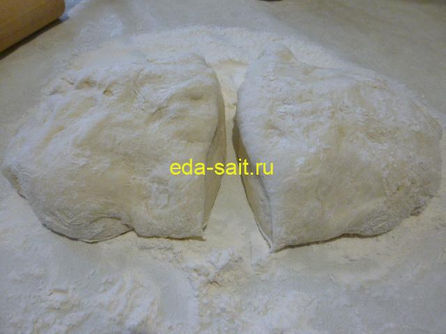 Разделить дрожжевое тесто на две части