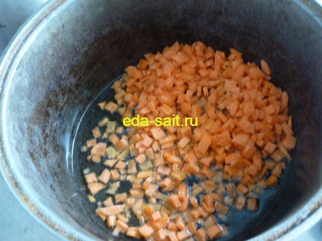 Тушим капусту и закладываем морковь