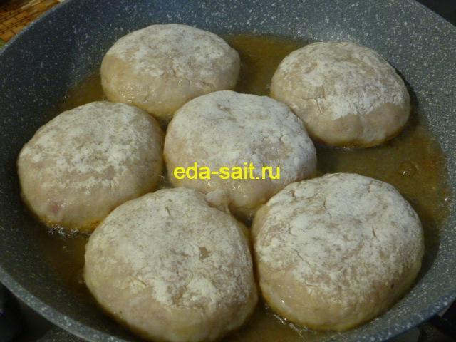 Выложить котлеты из пангасиуса в сковороду с маслом