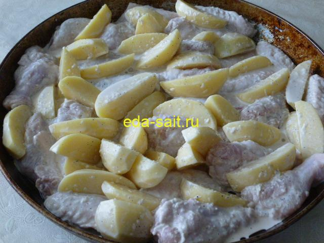 Выложить куриные крылья с картошкой в форму
