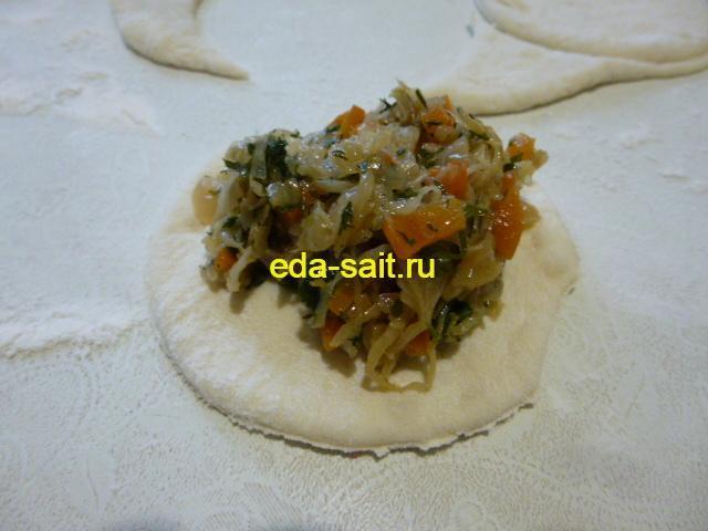 Выложить на круг теста капустную начинку