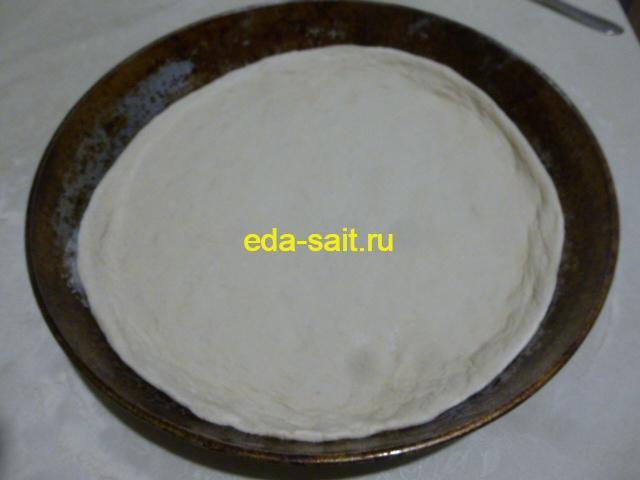 Выложить тесто для пиццы в форму