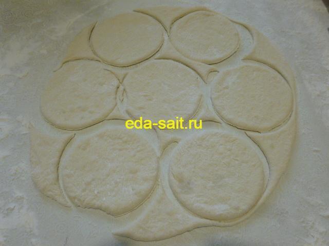 Вырезать кружки для пирожков с капустой