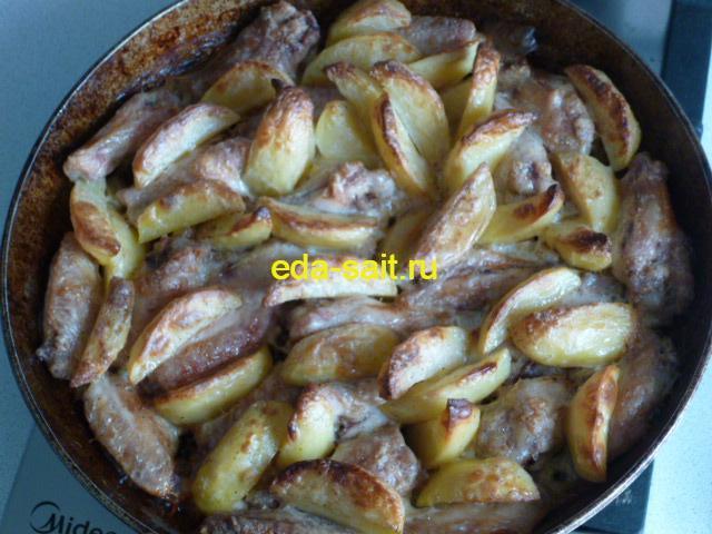 Запечь куриные крылья с картошкой в духовке