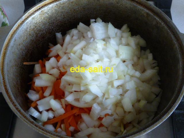 Добавить к говядине лук и морковь