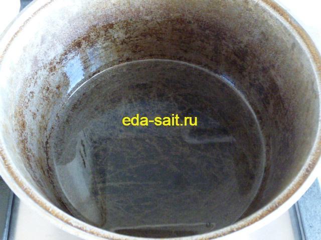 Налить в казан растительное масло