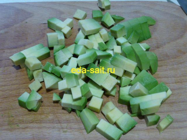 Нарезать авокадо кубиками