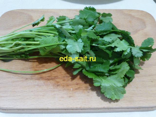 Нарезать кинзу в тайский салат