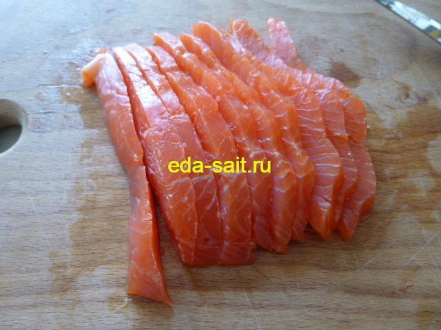 Нарезать красную рыбу для роллов из мексиканских лепешек