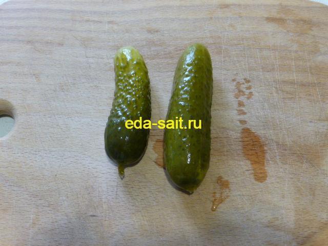 Нарезать соленые огурцы в постный салат
