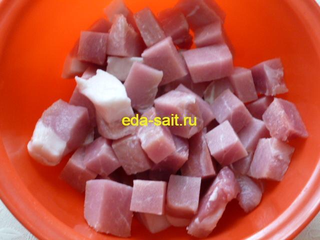 Нарезать свинину кубиками для ветчины