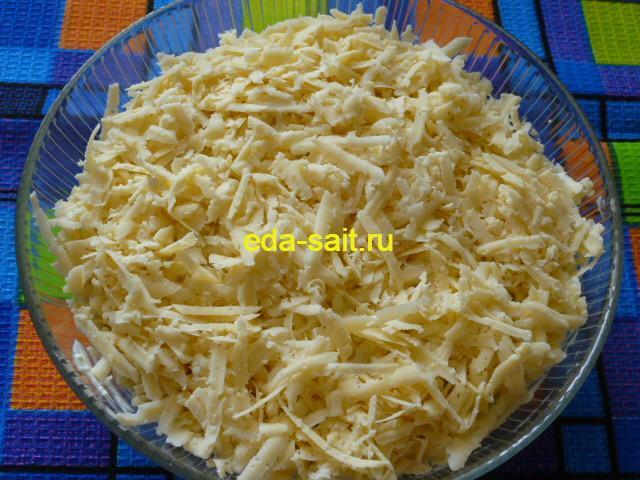 Натереть сыр на крупной терке