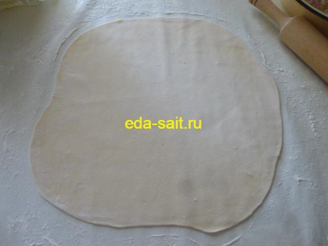 Раскатать тесто для мант в тонкий пласт