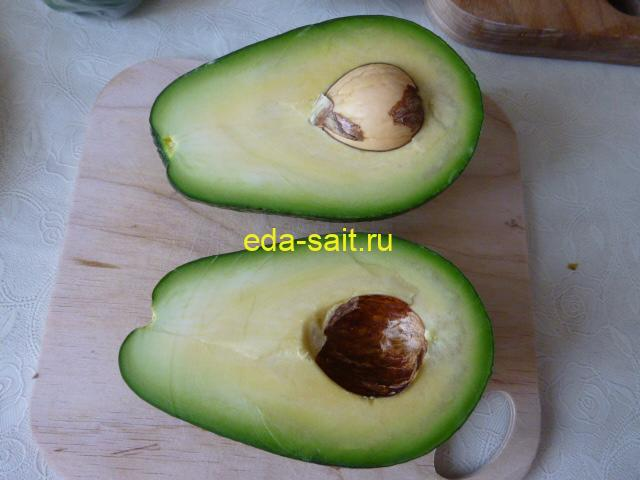 Разделить авокадо на две половинки
