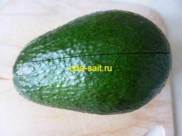 Разрезать авокадо по кругу