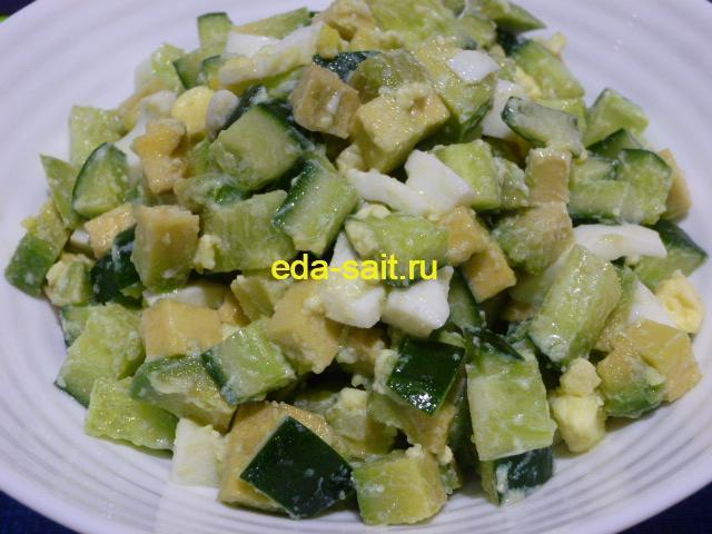 Салат из авокадо с огурцом и яйцами фото
