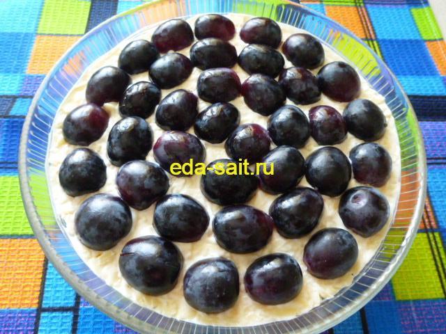 Выложить половинки винограда в салат с курицей и яблоком