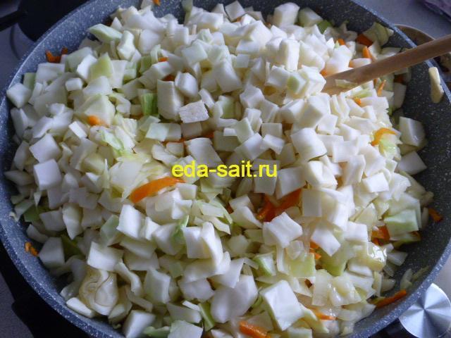 Выложить капусту в сковороду