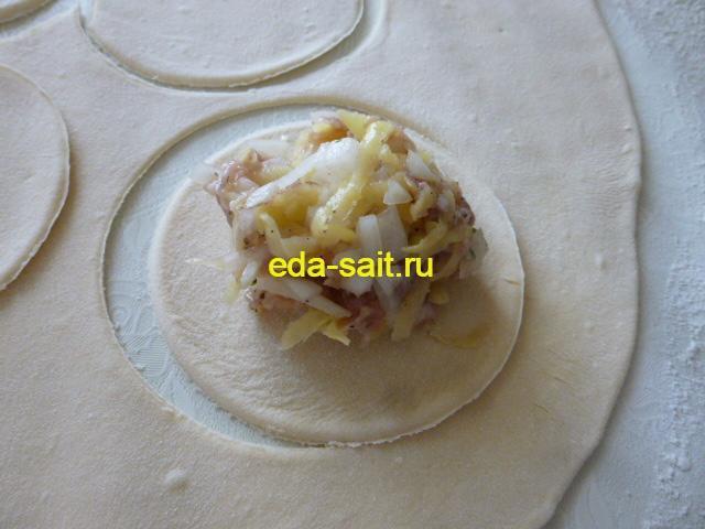 Выложить на кружок теста начинку из картошки и фарша