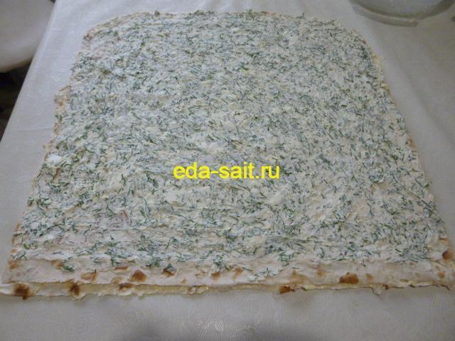 Выложить на лаваш начинку из брынзы