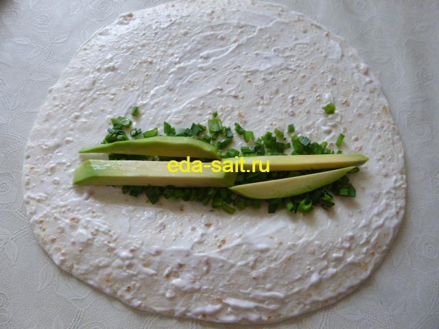 Выложить на мексиканскую лепешку авокадо