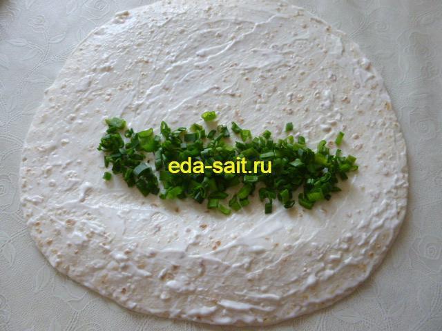 Выложить на мексиканскую лепешку зеленый лук
