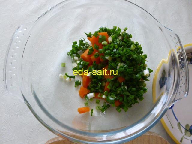 Добавить лук в салат из морской капусты