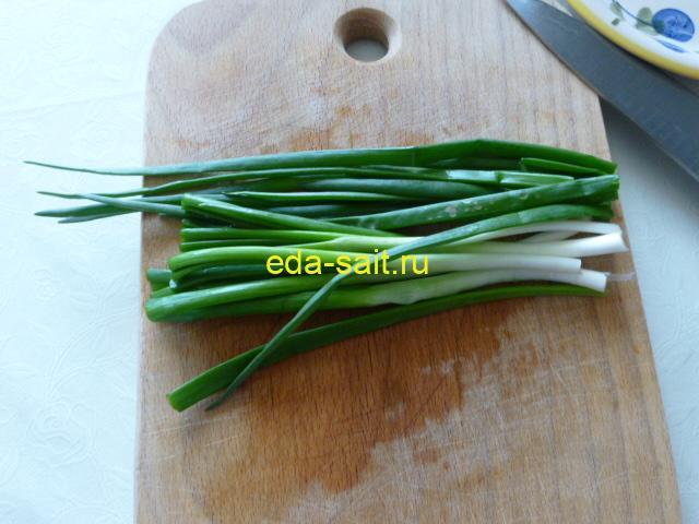 Нарезать мелко зеленый лук